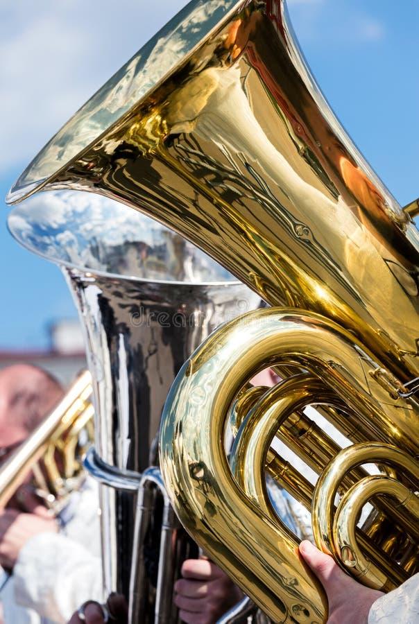 Μεγάλο βαθύ tuba κατά τη διάρκεια της υπαίθριας συναυλίας ενάντια στο μπλε ουρανό backgroun στοκ φωτογραφία