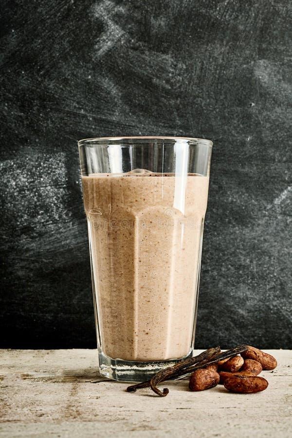 Μεγάλο γυαλί του καταφερτζή σοκολάτας στο μαρμάρινο πίνακα στοκ εικόνα με δικαίωμα ελεύθερης χρήσης