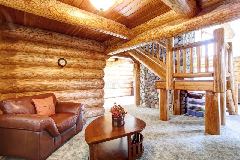 Μεγάλο εσωτερικό σπιτιών καμπινών κούτσουρων - άνετο δωμάτιο συνεδρίασης στοκ φωτογραφία με δικαίωμα ελεύθερης χρήσης
