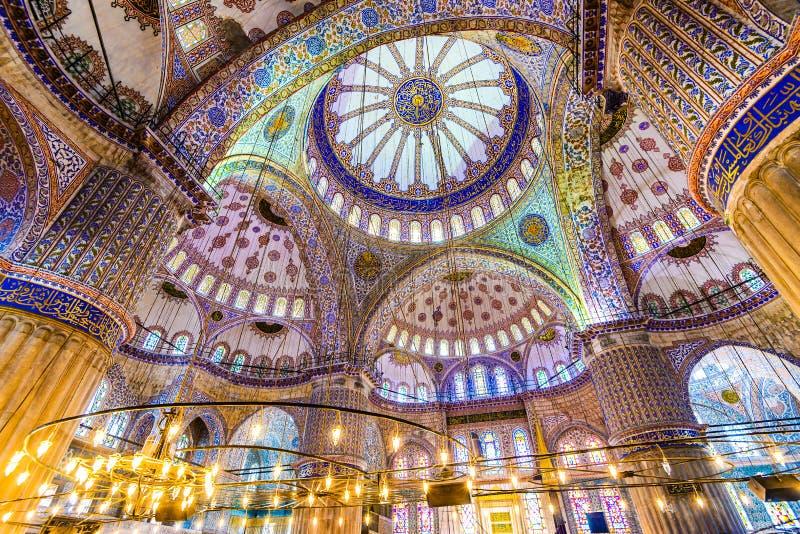 Μεγάλο εσωτερικό του μπλε μουσουλμανικού τεμένους στοκ εικόνες με δικαίωμα ελεύθερης χρήσης