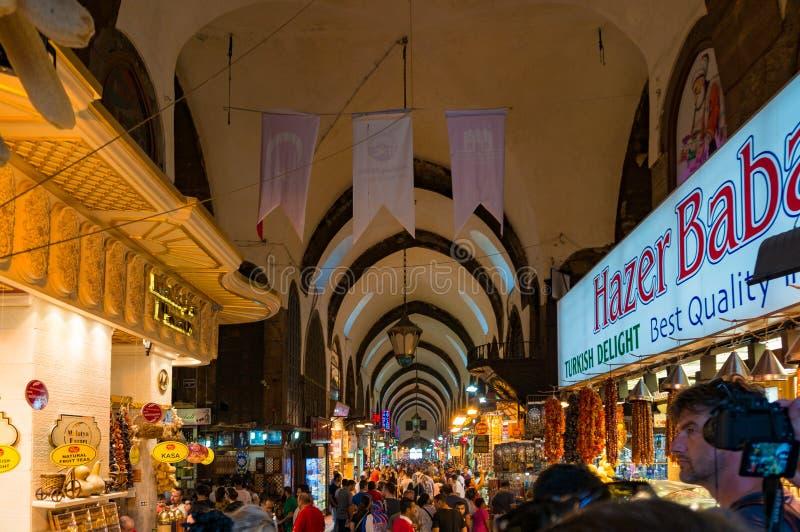 Μεγάλο εσωτερικό Bazaar με τους πωλητές και τους τουρίστες στοκ φωτογραφία