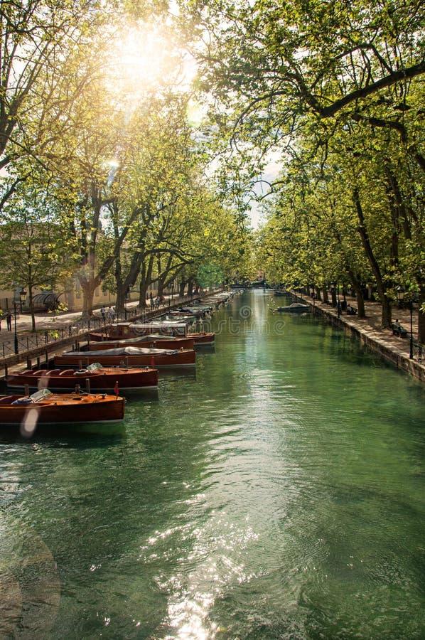 Μεγάλο κανάλι με τις βάρκες και τα δέντρα στο κέντρο πόλεων του ιστορικού Annecy στοκ φωτογραφία