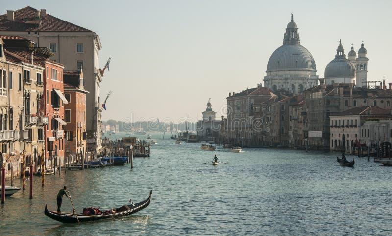 Μεγάλο κανάλι & Σάντα Μαρία de Λα Salute από τη γέφυρα Accademia στοκ εικόνες