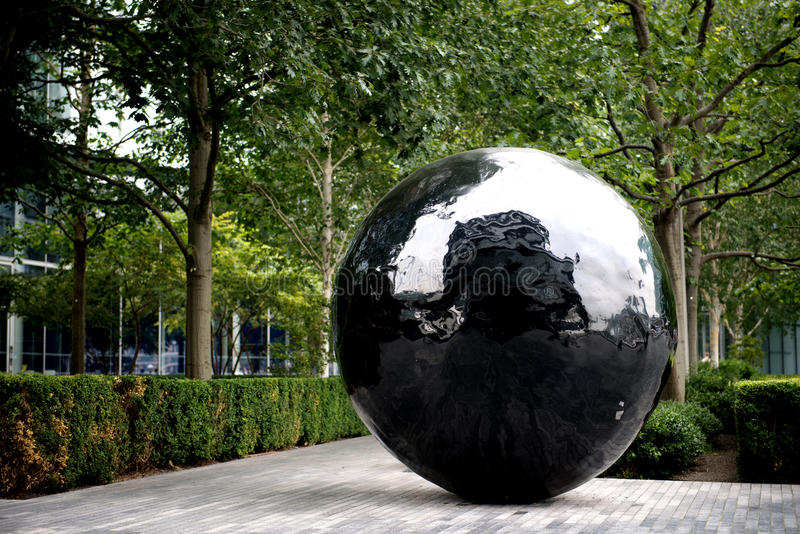 Μεγάλο μαύρο γλυπτό σφαιρών στην τράπεζα του θορίου ποταμών στοκ εικόνα με δικαίωμα ελεύθερης χρήσης