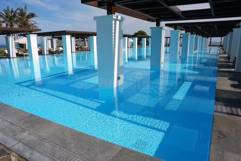 Μεγάλο μπλε swimming-pool με τη στήλη στοκ εικόνες με δικαίωμα ελεύθερης χρήσης