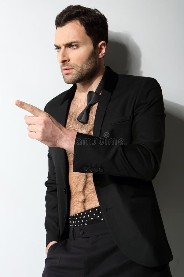 Μεγάλο να φανεί προκλητικοί αρσενικό πρότυπο με το ανοικτό πουκάμισο και χαλαρός στοκ φωτογραφία με δικαίωμα ελεύθερης χρήσης