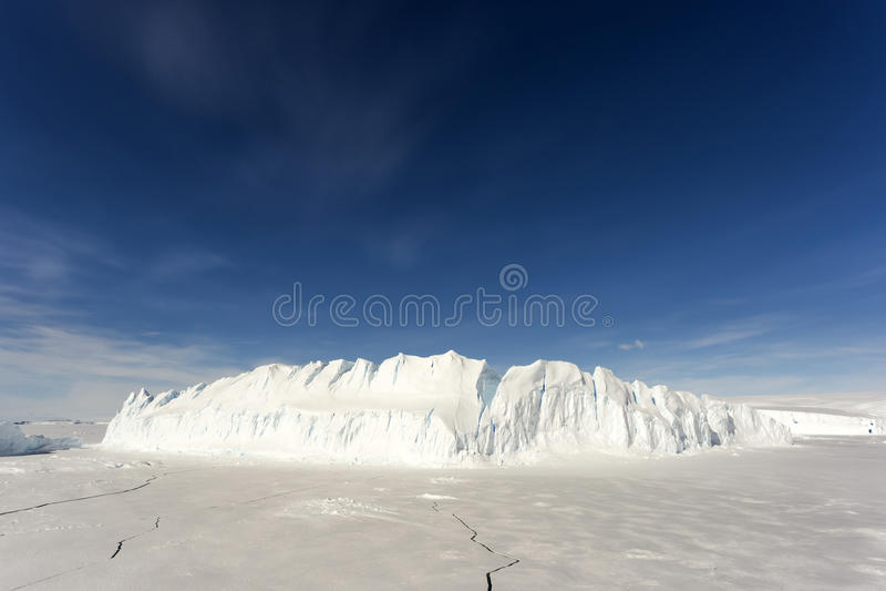 Μεγάλο παγόβουνο στην ανταρκτική στοκ φωτογραφία με δικαίωμα ελεύθερης χρήσης
