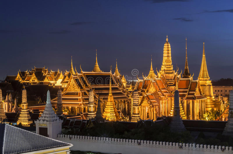Μεγάλο παλάτι ο σμαραγδένιος Βούδας Wat Phra Kaew ταξιδιού ναών της Ταϊλάνδης στο μπλε ουρανό λυκόφατος από την κυκλοφορία στη Μπ στοκ εικόνα