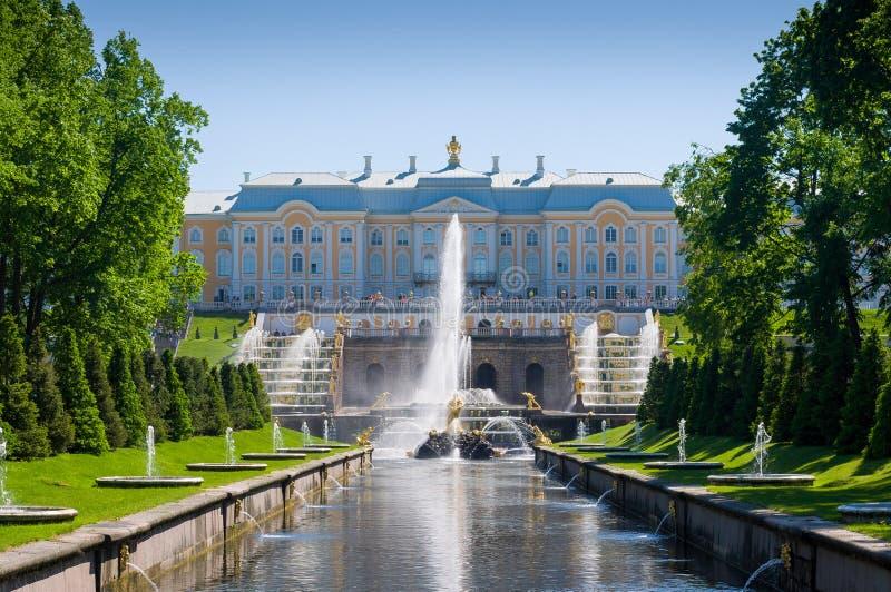 Μεγάλο παλάτι Peterhof, ο μεγάλοι καταρράκτης και η πηγή Samson στοκ φωτογραφία με δικαίωμα ελεύθερης χρήσης