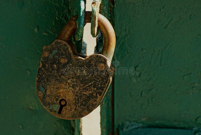 Μεγάλο παλαιό λουκέτο στην πόρτα σιδήρου στοκ φωτογραφίες με δικαίωμα ελεύθερης χρήσης
