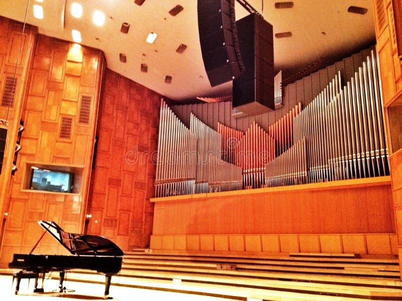 Μεγάλο πιάνο στη αίθουσα συναυλιών στοκ εικόνες