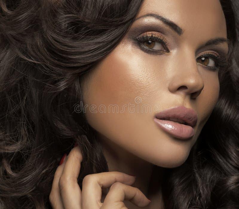 Μεγάλο πορτρέτο της κυρίας brunette με τη σαφή χροιά στοκ εικόνα με δικαίωμα ελεύθερης χρήσης