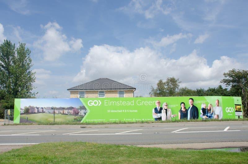 Μεγάλο σανίδωμα διαφήμισης για την αγροτική κατοικημένη ανάπτυξη από την άκρη του δρόμου στοκ φωτογραφίες