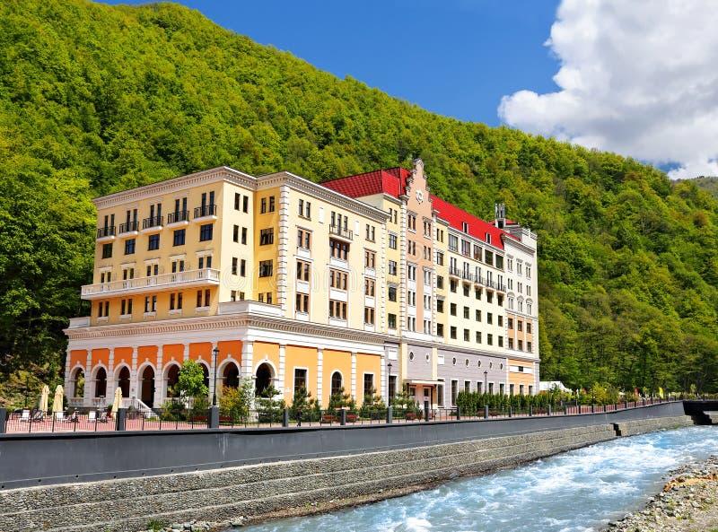 Μεγάλο σπίτι στις όχθεις του ποταμού βουνών στοκ εικόνες με δικαίωμα ελεύθερης χρήσης