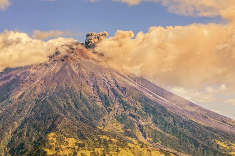 Μεγάλο σύννεφο τέφρας που αυξάνεται από το ηφαίστειο Tungurahua στοκ εικόνες