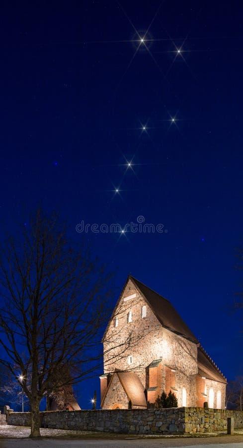 Μεγάλο Dipper πέρα από την παλαιά εκκλησία της Ουψάλα (Gamla Ουψάλα Kyrka) στοκ εικόνες με δικαίωμα ελεύθερης χρήσης