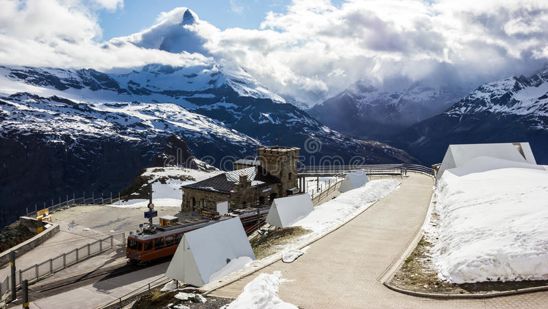 Μεγαλοπρεπής ονειροπόλος άποψη του χιονώδους σταθμού Gornergrat και της εικονικής αιχμής Matterhorn που τυλίγεται με τα σύννεφα,  στοκ φωτογραφία με δικαίωμα ελεύθερης χρήσης