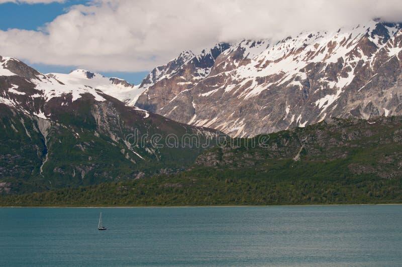μεγαλοπρεπή βουνά χιονώδ στοκ εικόνα