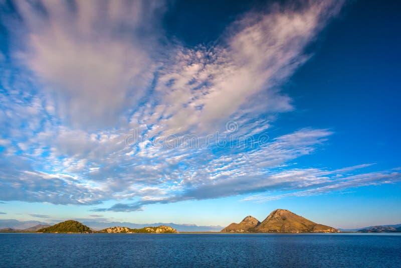 Μεγαλοπρεπή cirrus σύννεφα επάνω από τη λίμνη Skadar Μαυροβούνιο στοκ φωτογραφία με δικαίωμα ελεύθερης χρήσης