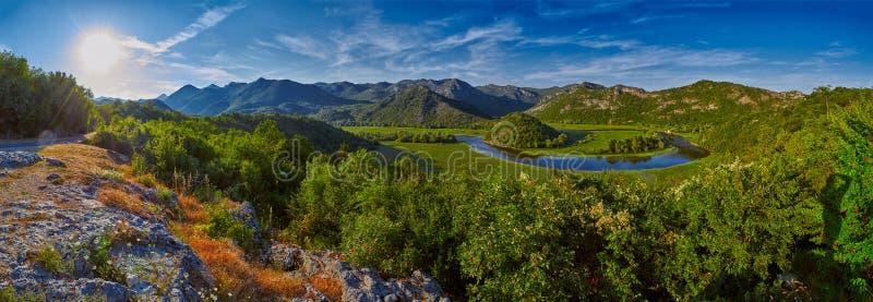 Μεγαλοπρεπές τοπίο του Μαυροβουνίου - κάμψη ποταμών του Rijeka Crnojevica στοκ εικόνα