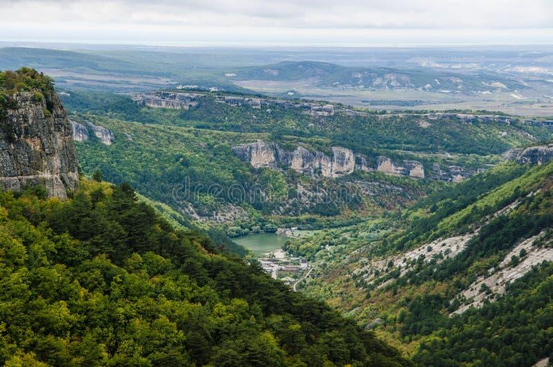 Μεγαλοπρεπής άποψη άνωθεν σχετικά με τα της Κριμαίας βουνά στοκ εικόνα