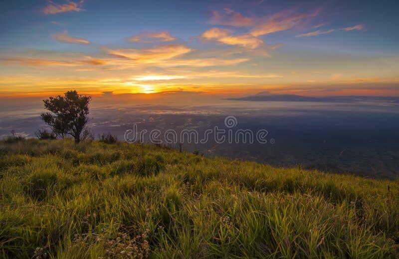Μεγαλοπρεπής ανατολή στο τοπίο βουνών. Τοποθετήστε Merbabu, νησί της Ιάβας στοκ εικόνα με δικαίωμα ελεύθερης χρήσης