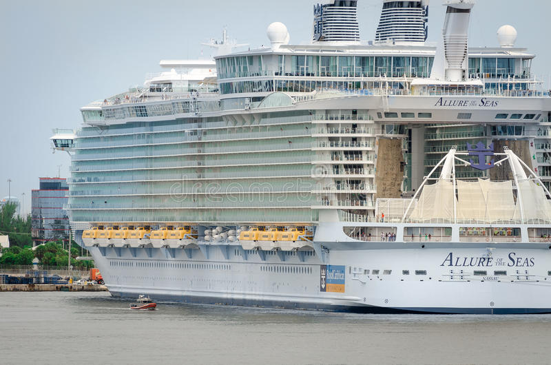 Μεγαλύτερο κρουαζιερόπλοιο, γοητεία των θαλασσών στοκ εικόνες με δικαίωμα ελεύθερης χρήσης