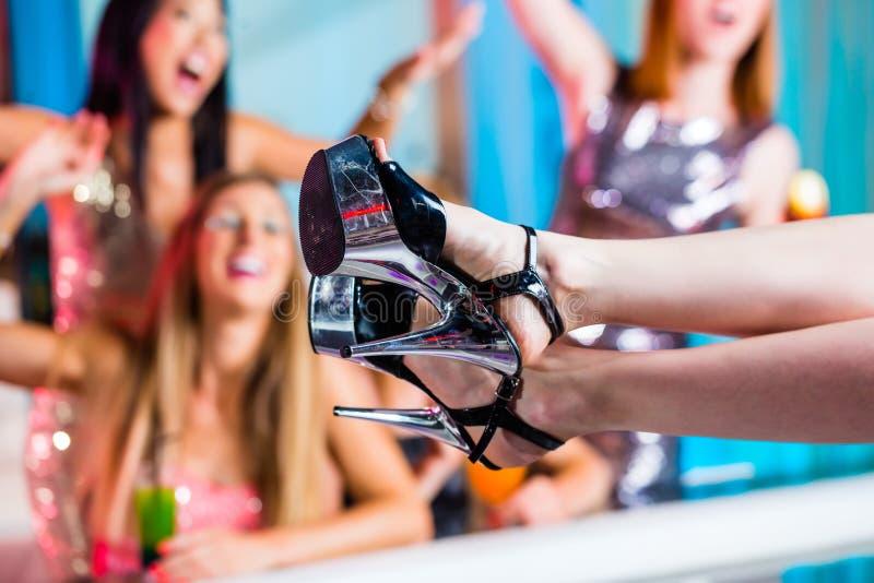 Μεθυσμένα κορίτσια με τα φανταχτερά κοκτέιλ στο κλαμπ στριπτίζ στοκ εικόνες