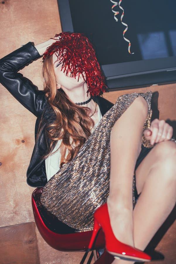 Μεθυσμένη γυναίκα στο ακατάστατο δωμάτιο μετά από το κόμμα στοκ εικόνα με δικαίωμα ελεύθερης χρήσης