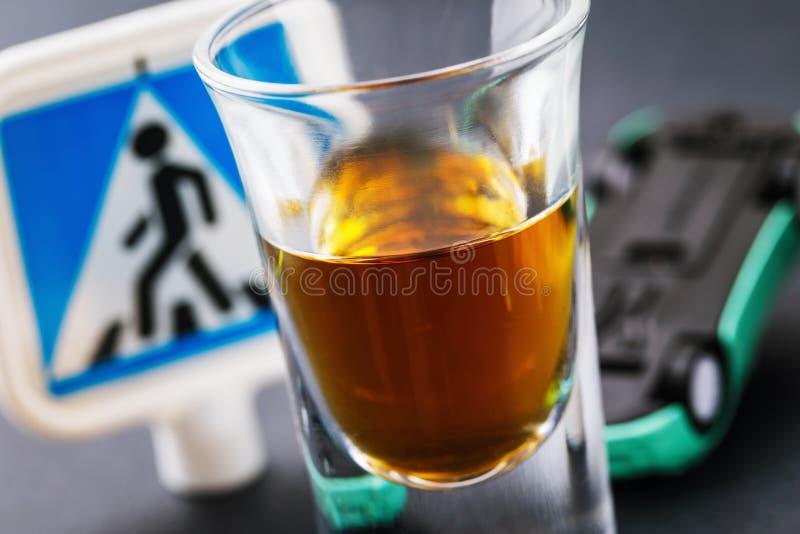 Μεθυσμένος οδηγός, μια απειλή στην κοινωνία Η έννοια της οδήγησης ενώ μεθιέται στοκ φωτογραφία με δικαίωμα ελεύθερης χρήσης