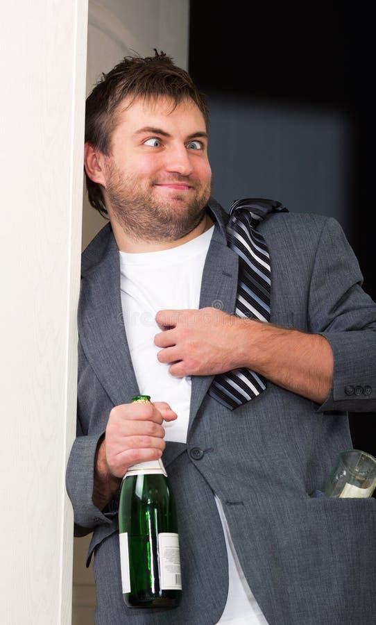 Μεθυσμένος τύπος με ένα μπουκάλι στοκ εικόνα με δικαίωμα ελεύθερης χρήσης