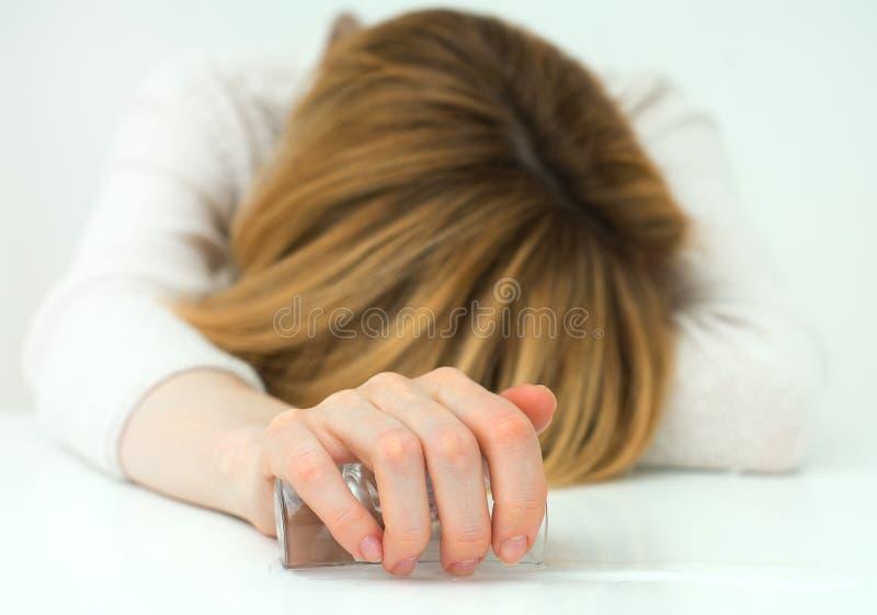 Μεθυσμένος ύπνος γυναικών στοκ εικόνες με δικαίωμα ελεύθερης χρήσης