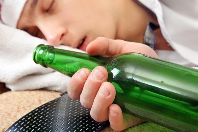 Μεθυσμένος ύπνος εφήβων στοκ φωτογραφίες