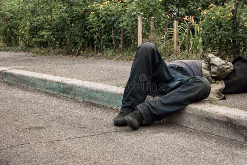 Μεθυσμένο άτομο που βρίσκεται στο πεζοδρόμιο στοκ φωτογραφίες με δικαίωμα ελεύθερης χρήσης