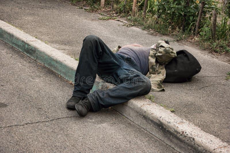 Μεθυσμένο πρόσωπο που βρίσκεται υπαίθρια στοκ φωτογραφίες με δικαίωμα ελεύθερης χρήσης