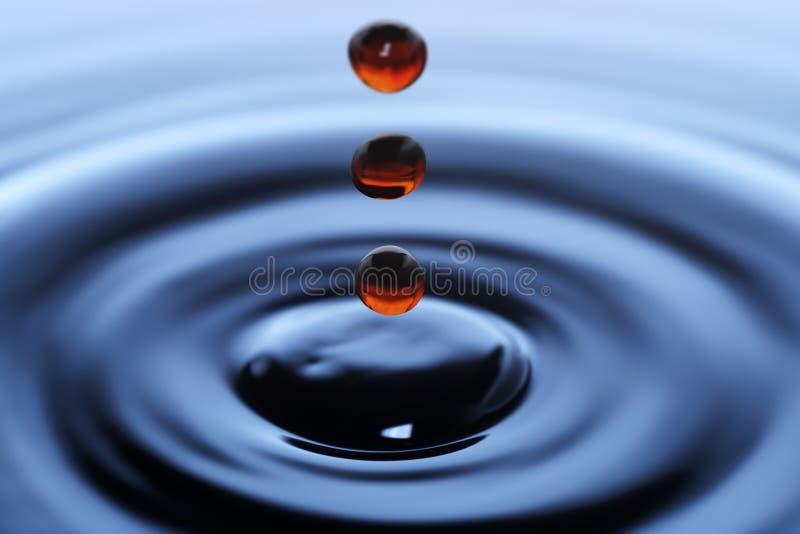 Μειωμένες κόκκινες πτώσεις του νερού στοκ εικόνα με δικαίωμα ελεύθερης χρήσης