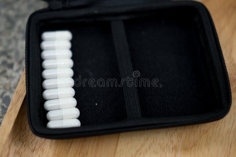 μειωμένη βοτανική ανοιγμένη ιατρική έξω σκόνη καψών μερικές στοκ φωτογραφία με δικαίωμα ελεύθερης χρήσης