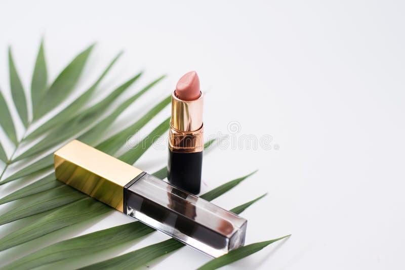 Μελάνι και nude lipstic στο άσπρο υπόβαθρο Τοπ όψη στοκ φωτογραφία