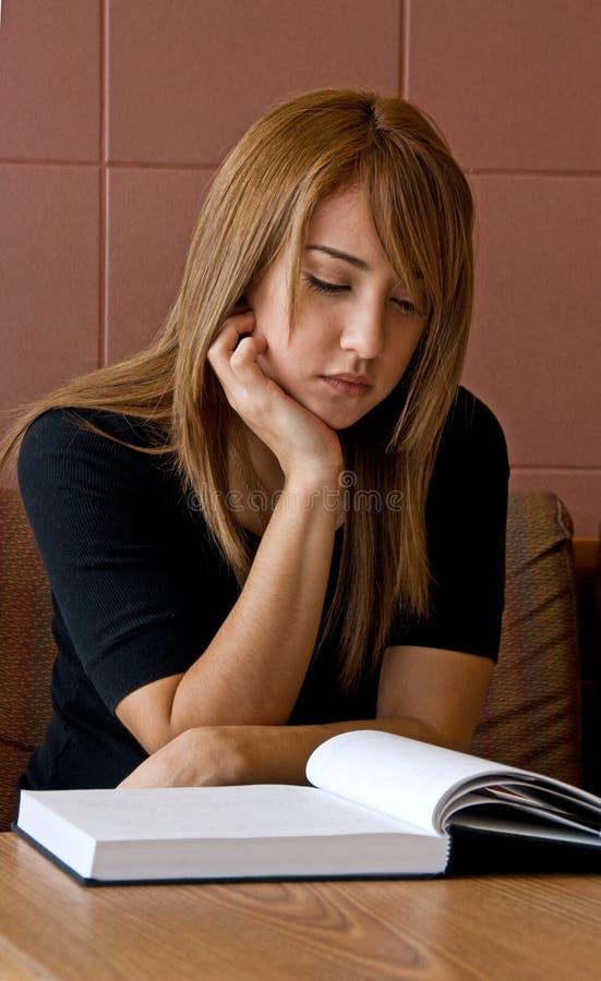 μελέτη γυναικών σπουδασ& στοκ εικόνα με δικαίωμα ελεύθερης χρήσης