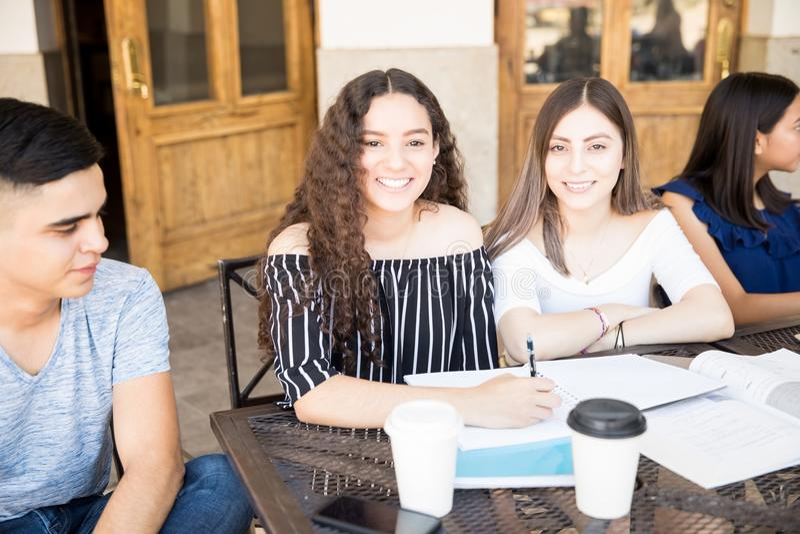 Μελέτη ομάδας στο πρόσωπο στοκ φωτογραφία