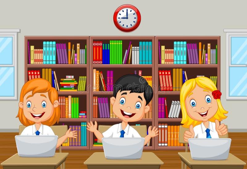 Μελέτη παιδιών κινούμενων σχεδίων με τον υπολογιστή στο δωμάτιο κατηγορίας απεικόνιση αποθεμάτων