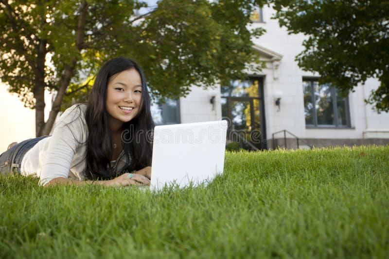 μελέτη σπουδαστών lap-top κολ&lam στοκ εικόνα με δικαίωμα ελεύθερης χρήσης