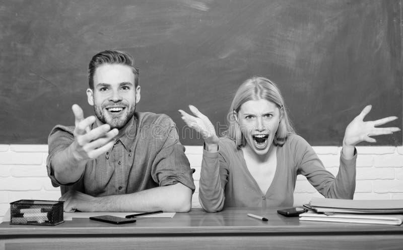 Μελέτη στο κολλέγιο ή το πανεπιστήμιο Σπουδαστές φίλων ζεύγους που μελετούν το πανεπιστήμιο Εκπληκτική απάντηση Να μελετήσει σκλη στοκ εικόνες