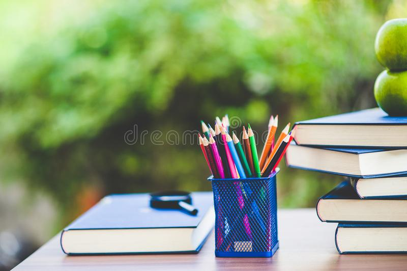 Μελέτη των βιβλίων και των υλικών εκμάθησης στοκ εικόνα