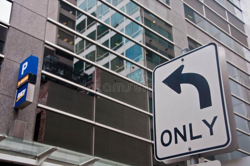 ΜΕΛΒΟΥΡΝΗ, ΑΥΣΤΡΑΛΙΑ - 30 ΙΟΥΛΊΟΥ 2018: Σημάδι βελών που γυρίζει μόνο αημένο σε ένα κτήριο χώρων στάθμευσης στοκ φωτογραφία με δικαίωμα ελεύθερης χρήσης
