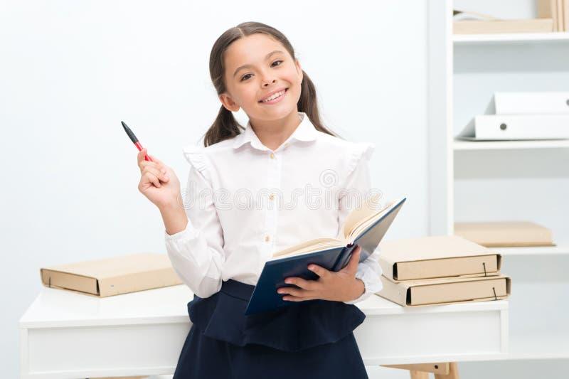 Μελλοντική έννοια Το ευτυχές κορίτσι μαθαίνει για τη μελλοντική εξέταση Μελλοντική μελέτη σπουδαστών με το χαμόγελο ερχόμενο μέλλ στοκ φωτογραφίες με δικαίωμα ελεύθερης χρήσης