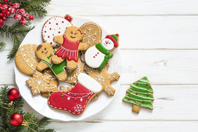 Μελόψωμο Χριστουγέννων στο πιάτο στο λευκό Τοπ όψη στοκ φωτογραφία με δικαίωμα ελεύθερης χρήσης