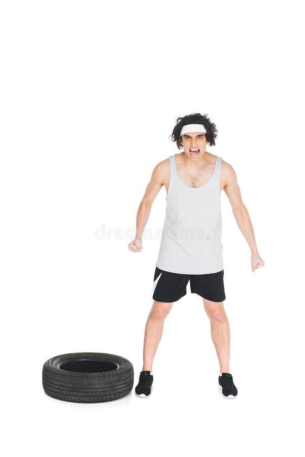 0 μεμβρανοειδής αθλητικός τύπος που στέκεται κοντά στη ρόδα στοκ φωτογραφία