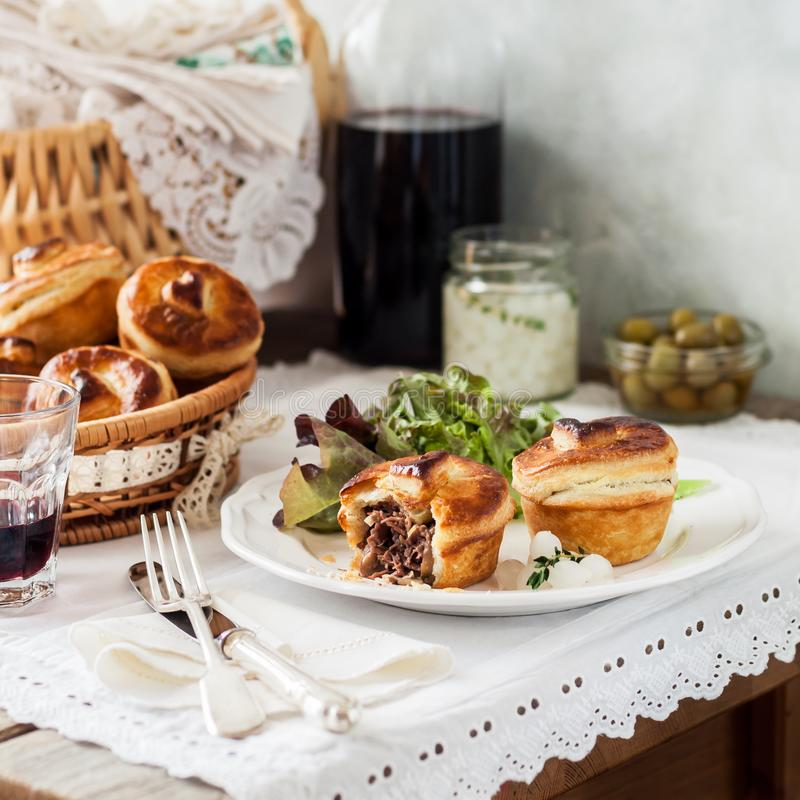 Μεμονωμένες πίτες κρέατος ζύμης ριπών στοκ φωτογραφίες με δικαίωμα ελεύθερης χρήσης