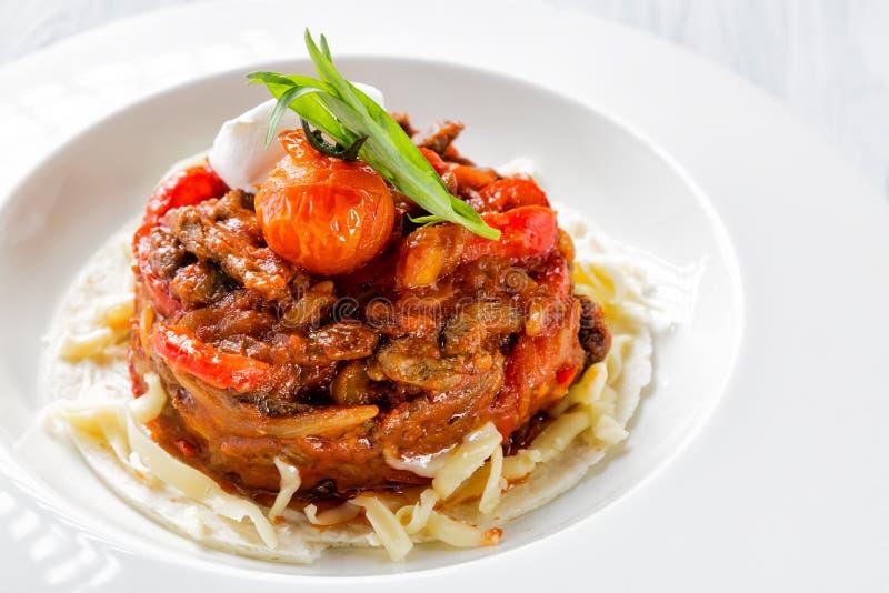 Μεξικάνικα τρόφιμα - τα fajitas βόειου κρέατος με τα πιπέρια και τα ζυμαρικά στο άσπρο πιάτο κλείνουν επάνω στοκ φωτογραφίες